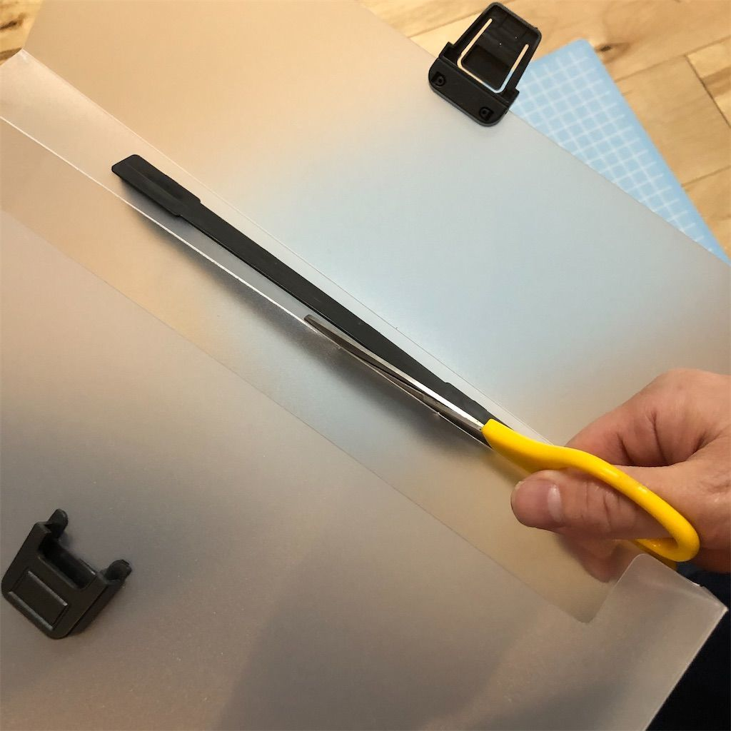ダイソーの書類ケースのフタをハサミでカット。