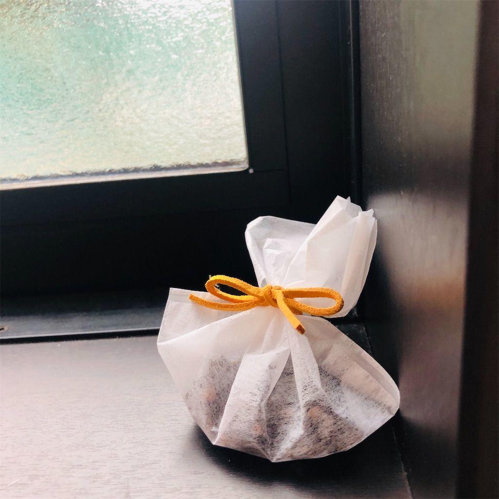 クローブとティーパックで作ったゴキブリを寄せ付けないポプリを窓際に置いている図