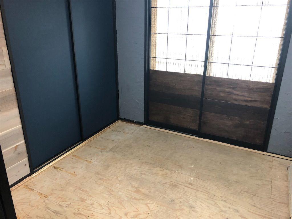 和室から洋室へ。畳を剥がした後の状態。
