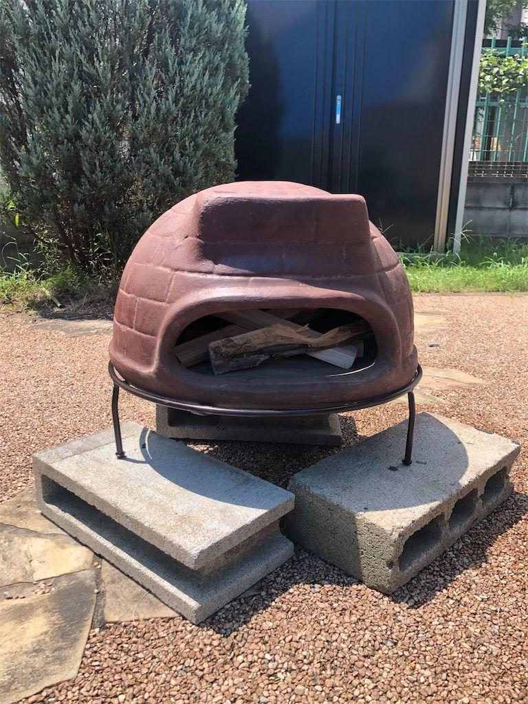 チムニーピザ窯。薪を入れる。