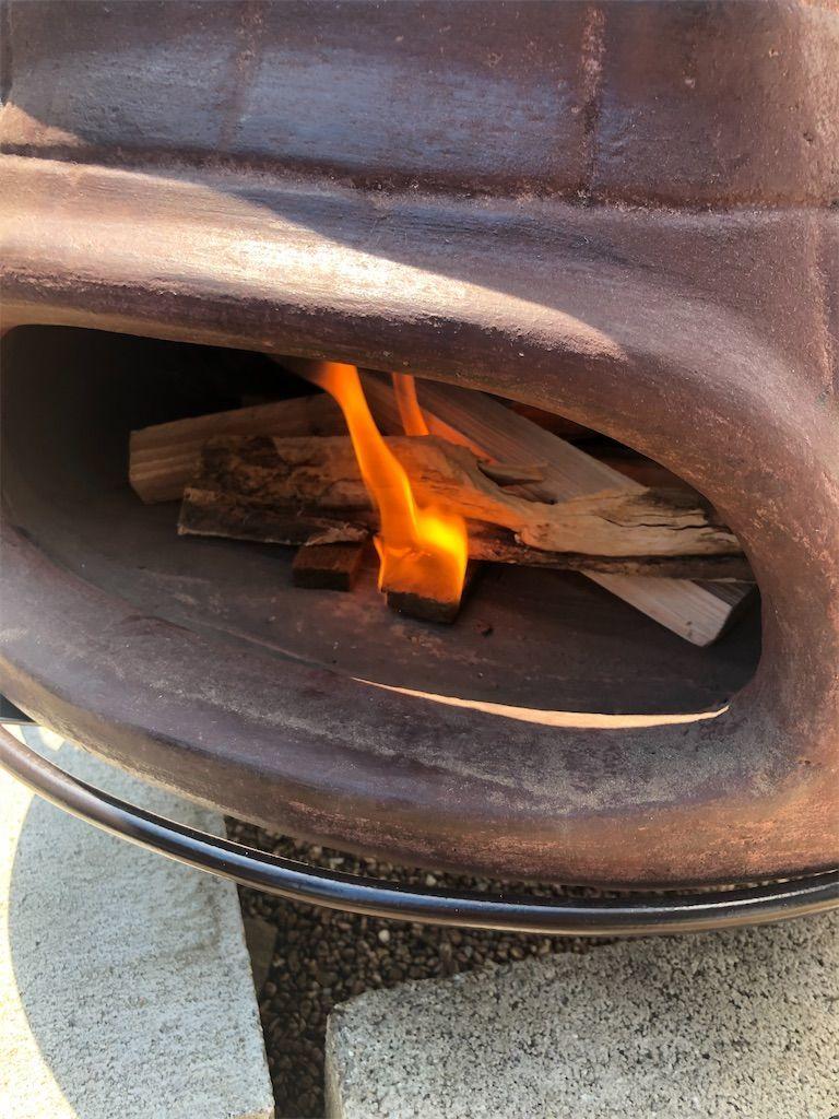 チムニーピザ窯の中の着火剤に火がつき薪に火が移る