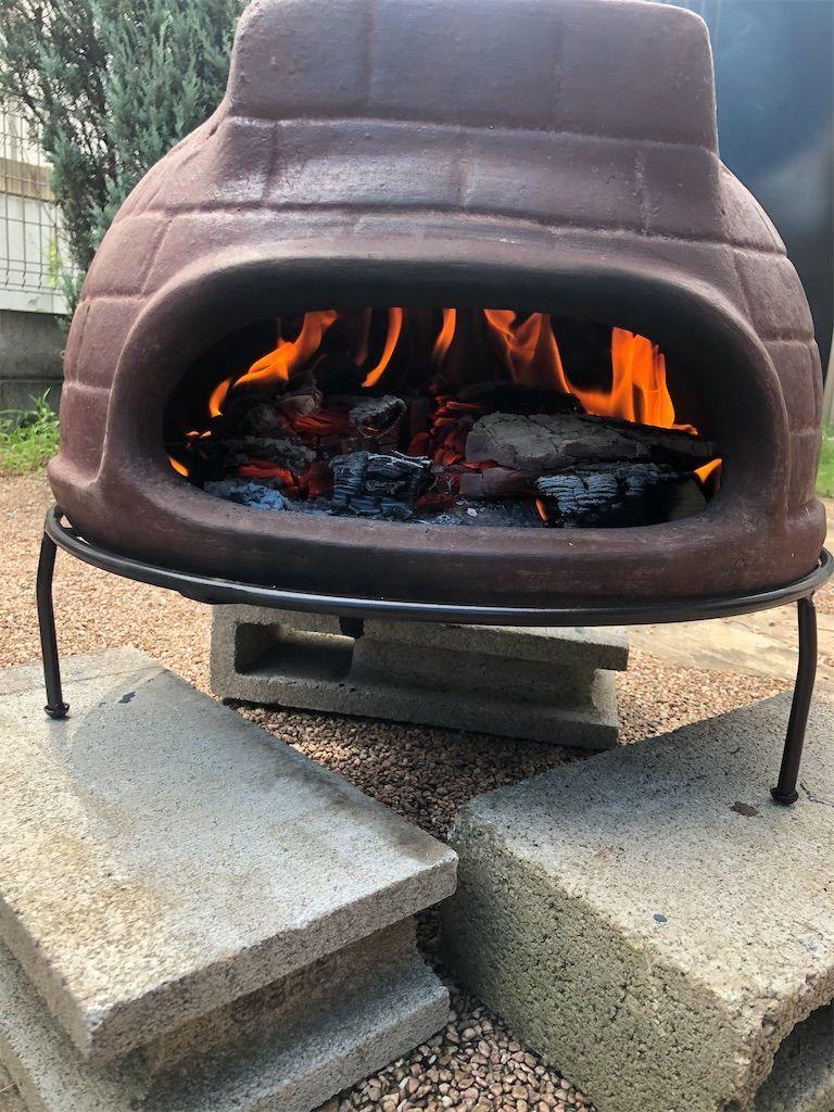 チムニーピザ窯。薪の火が大きくなり安心している
