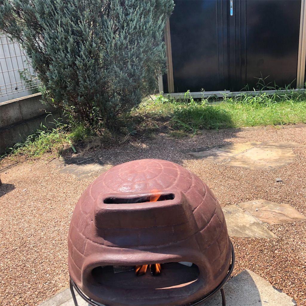 チムニーピザ窯。上部の煙突部分から煙が立ちのぼる
