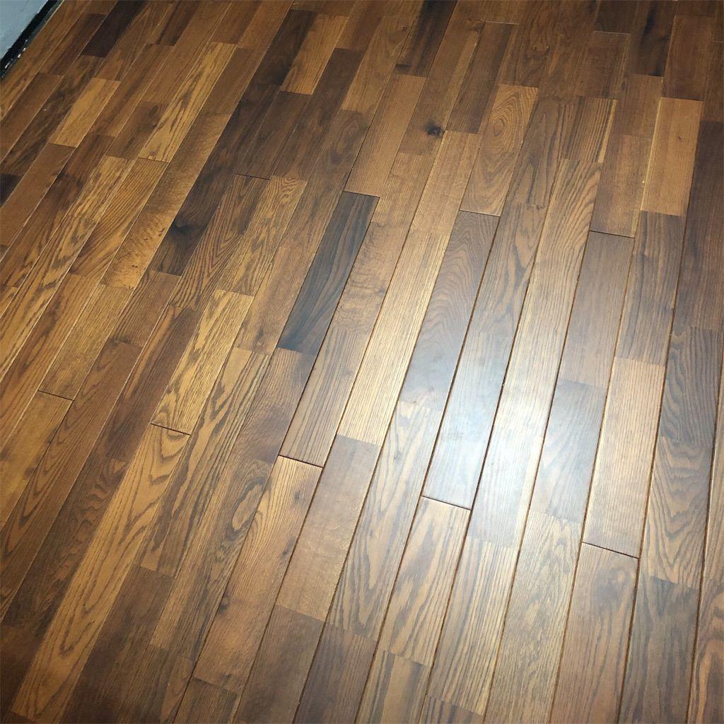 和室から洋室へ。フローリングになった床の写真。