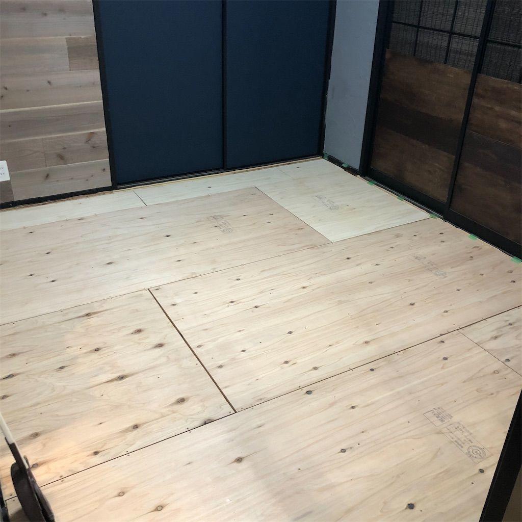 和室から洋室へ。ベニヤ板を貼られた状態の部屋。フローリングを貼る前の状態。