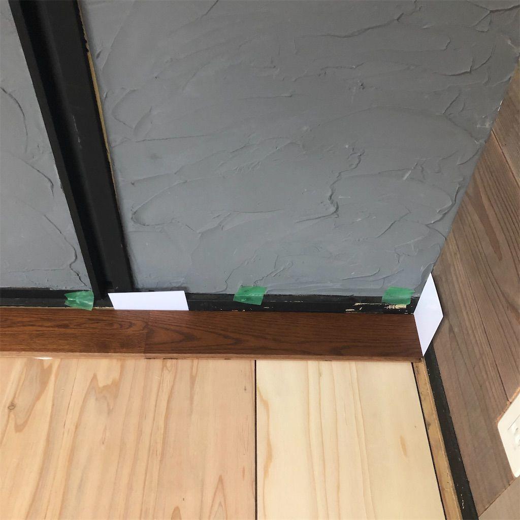 フローリング貼り。スペーサーを挟んで床に貼る