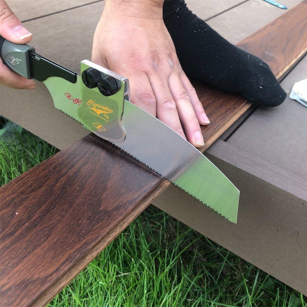 ノコギリガイドを使って板をカット