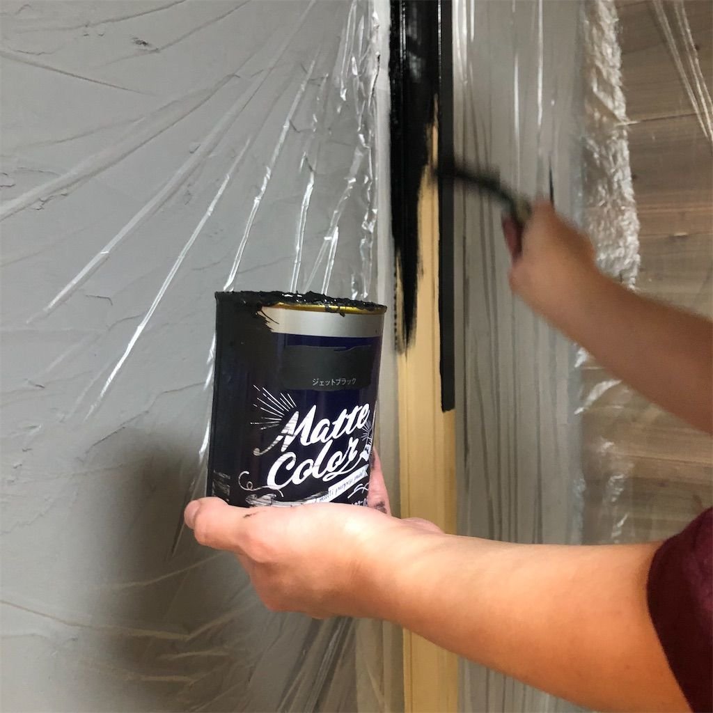 敷居や鴨居などを黒く塗装している様子