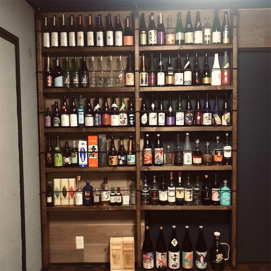 ラブリコで棚作り。日本酒などのから瓶やウイスキーを並べて飾った写真。酒を飾る棚