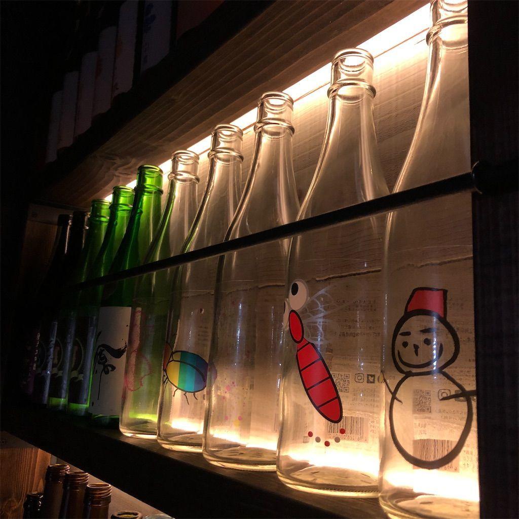 間接照明。酒の棚