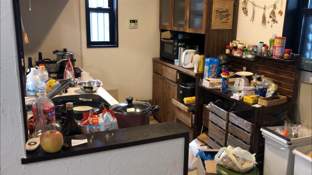 散らかったキッチン。片付け前。