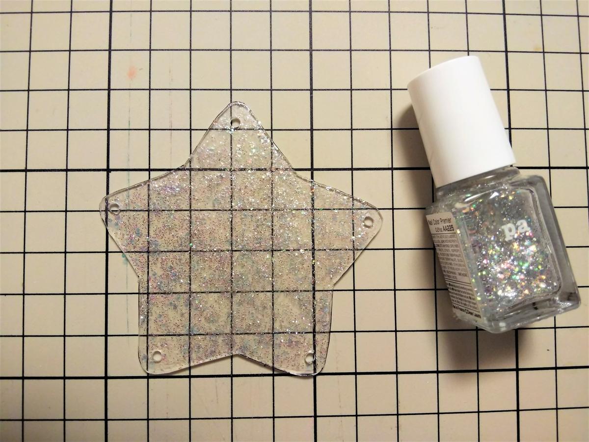 ラメ透明のマニキュアたっぷりを塗る
