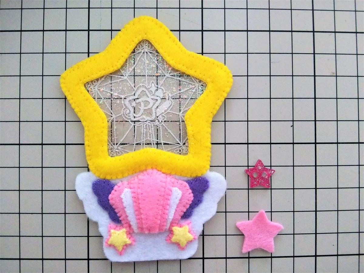 型紙⑤と赤い星のプラ板を中央に縫い付ける