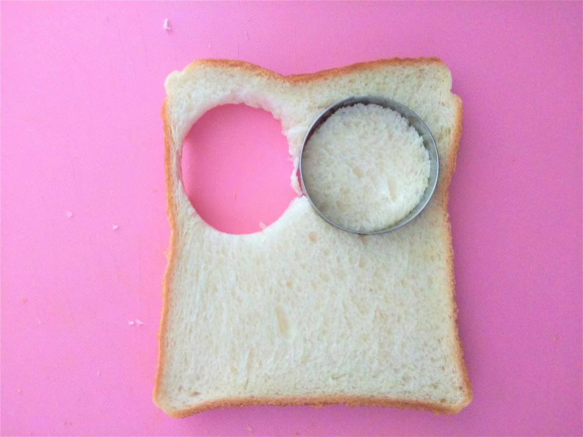 パンを丸型で抜く