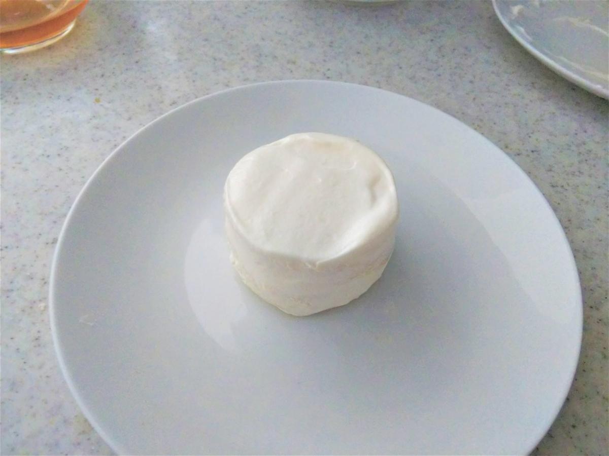 食パンケーキに生クリームを塗る