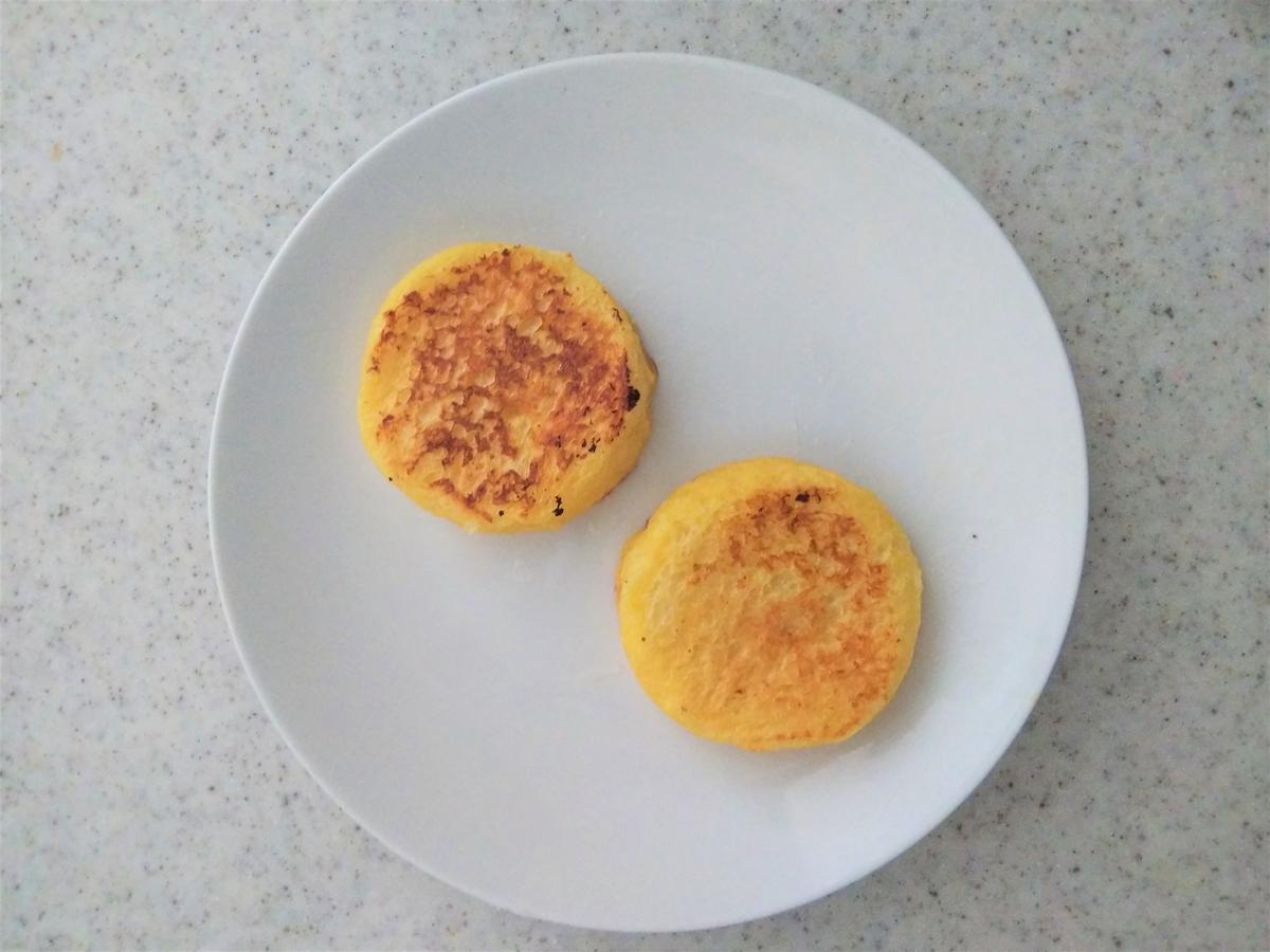 無塩バターを溶かしたフライパンで加熱する
