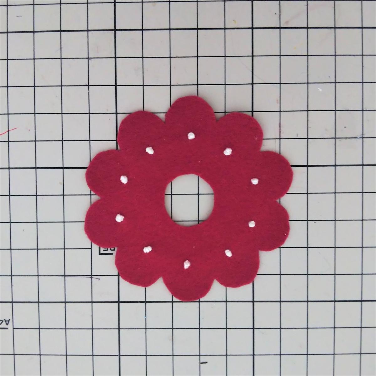 基本のドーナツの作り方⑧ 飾りパーツに刺繍する