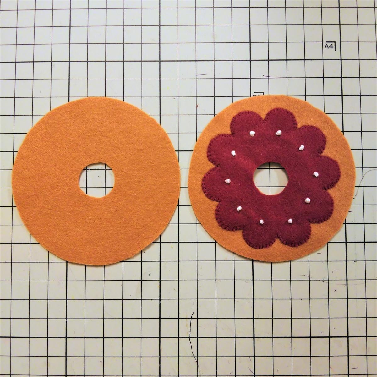 基本のドーナツの作り方⑨ 飾りパーツを縫い付ける