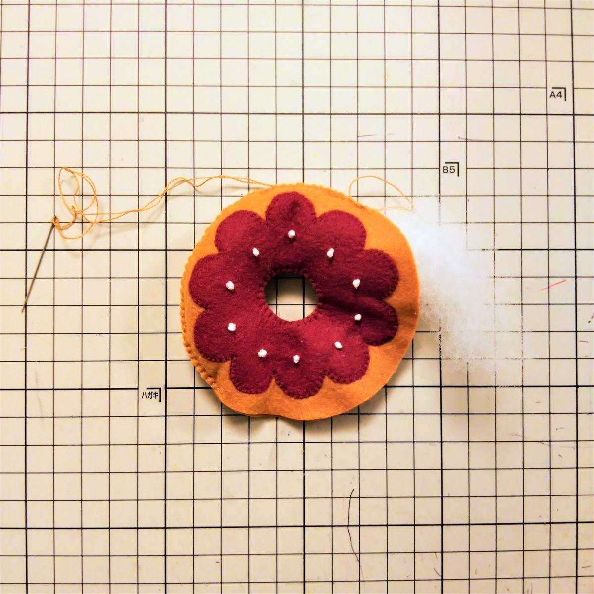 基本のドーナツの作り方⑪ 綿を入れながら外側を縫う