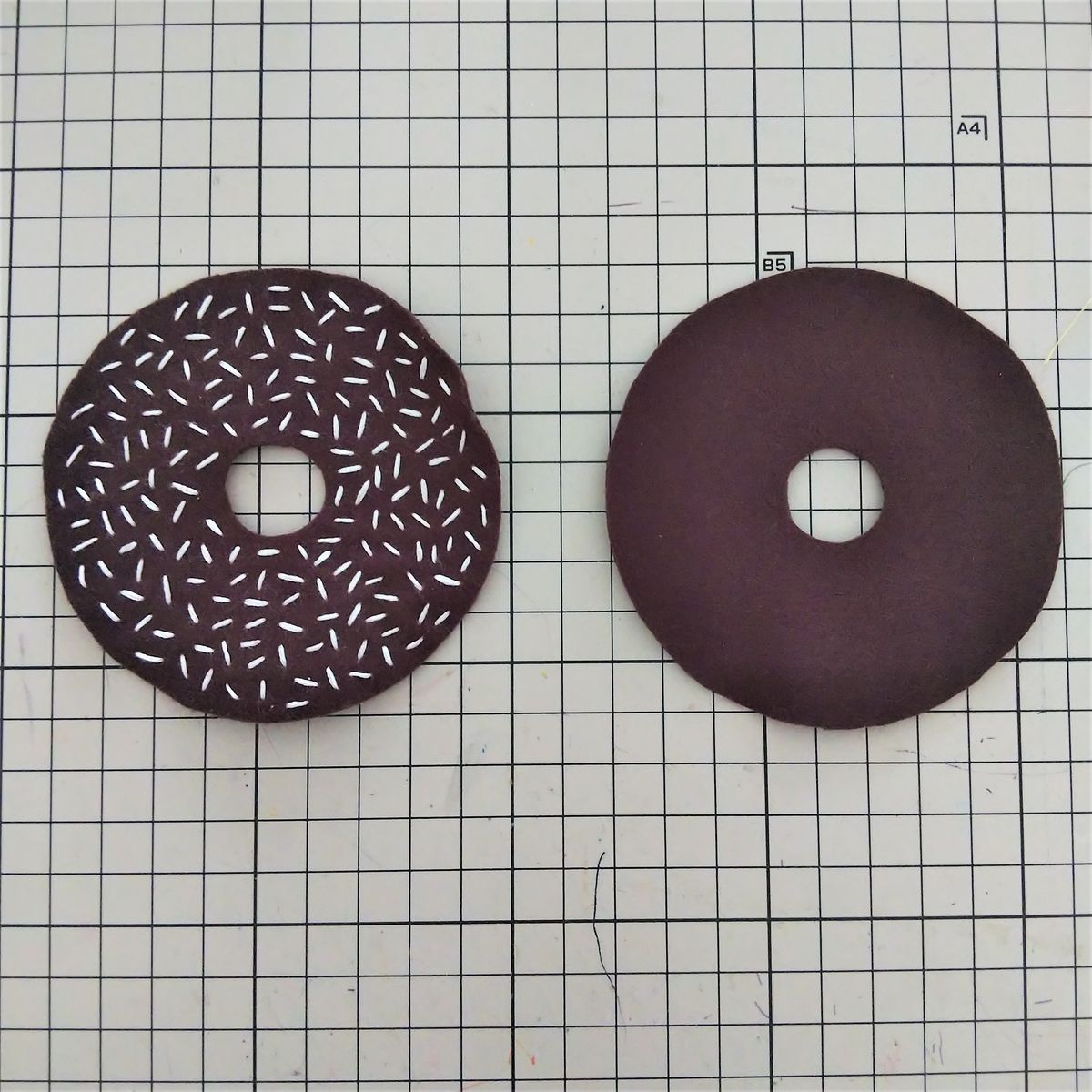 ココナツチョコレートの作り方 片方に刺繍する