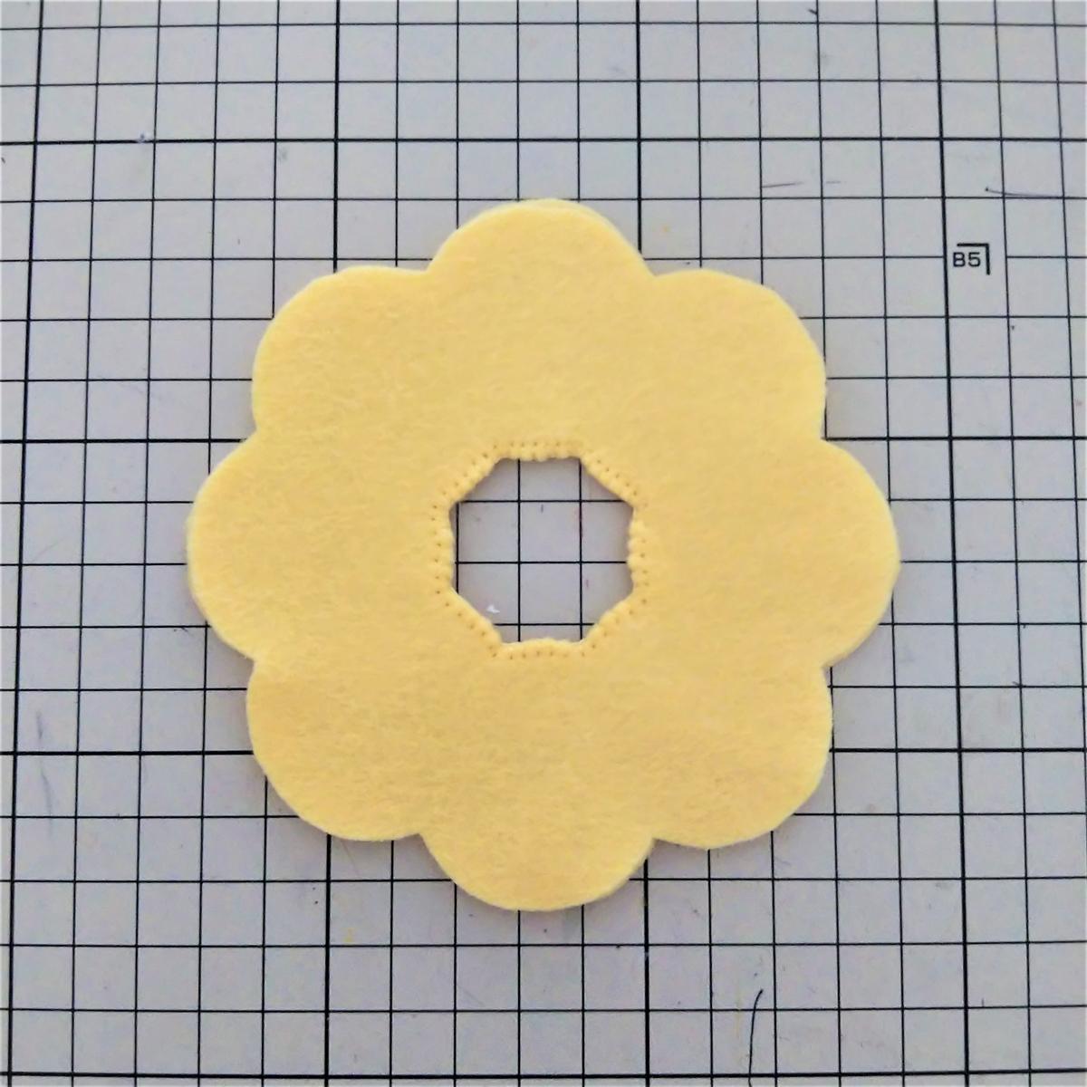 ポン・デ・リングの作り方① 重ねて穴を縫い合わせる