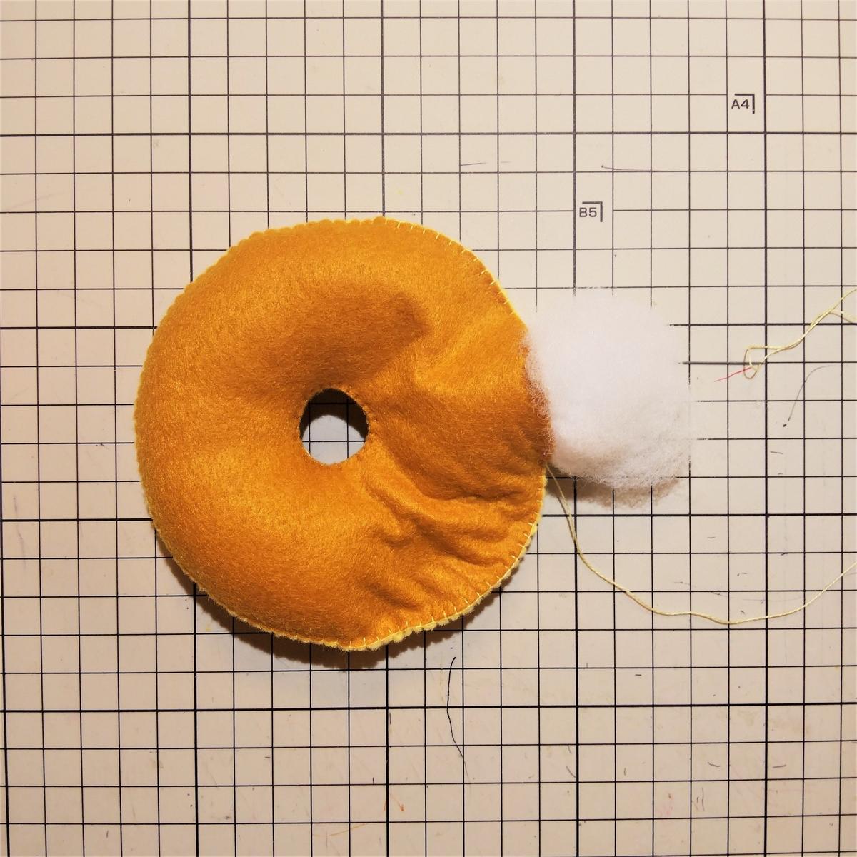 シュガーレイズドの作り方④ 綿を入れながら底を縫う
