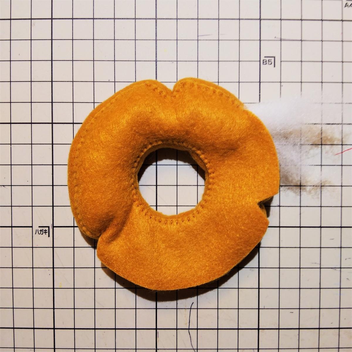 フェルトのオールドファッションの作り方⑧ 綿を入れて形を整える