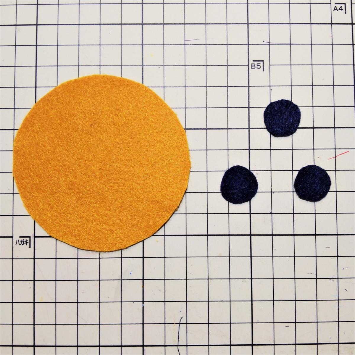 フェルトのマフィンの作り方① トッピングを縫い付ける