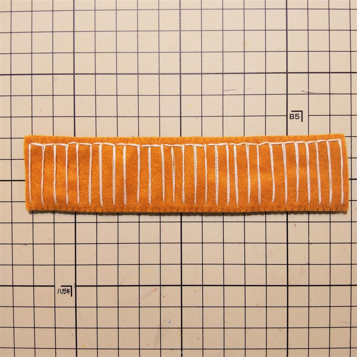 フェルトのマフィンの作り方④ 縦に刺繍する