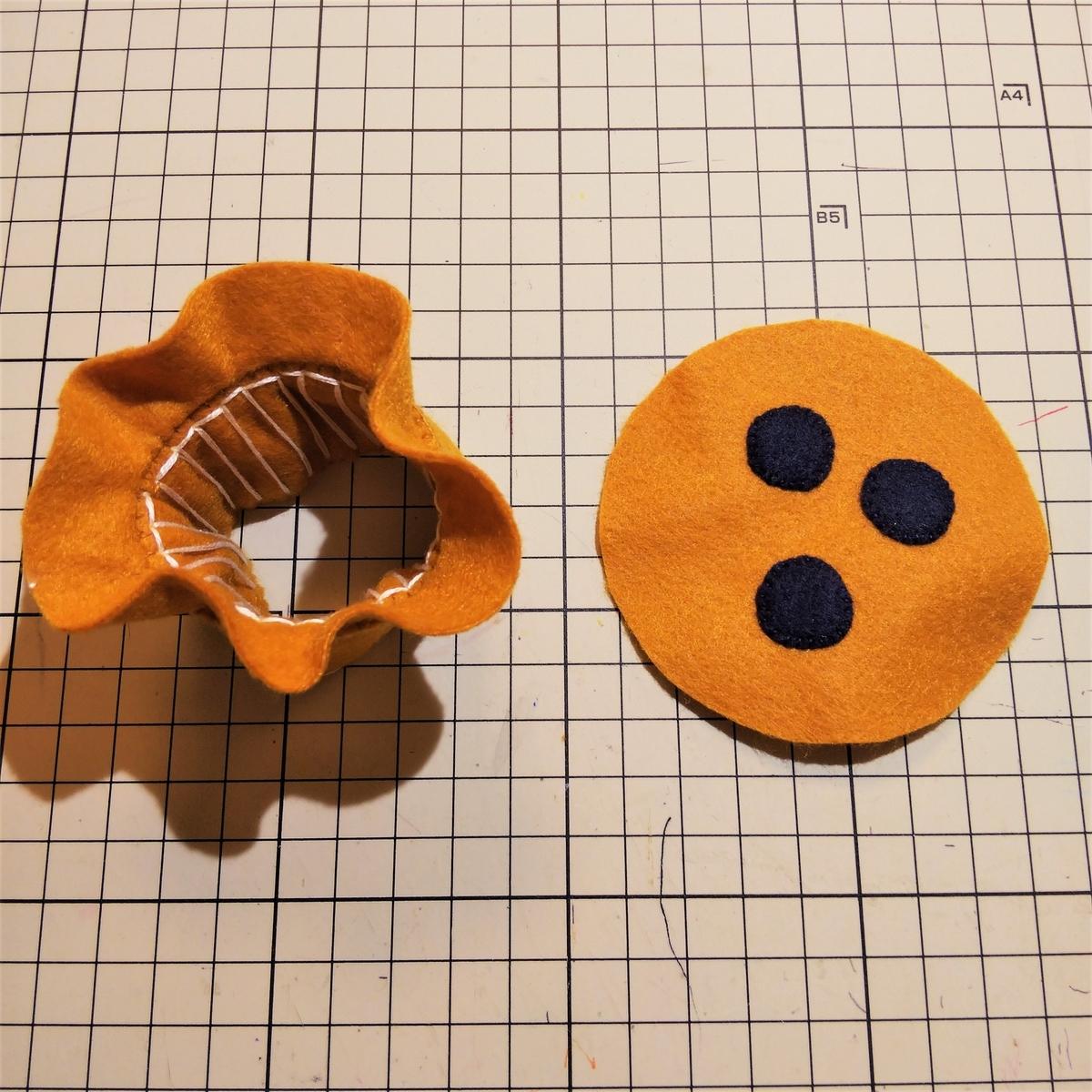 フェルトのマフィンの作り方⑧ 作ったパーツをひっくり返す