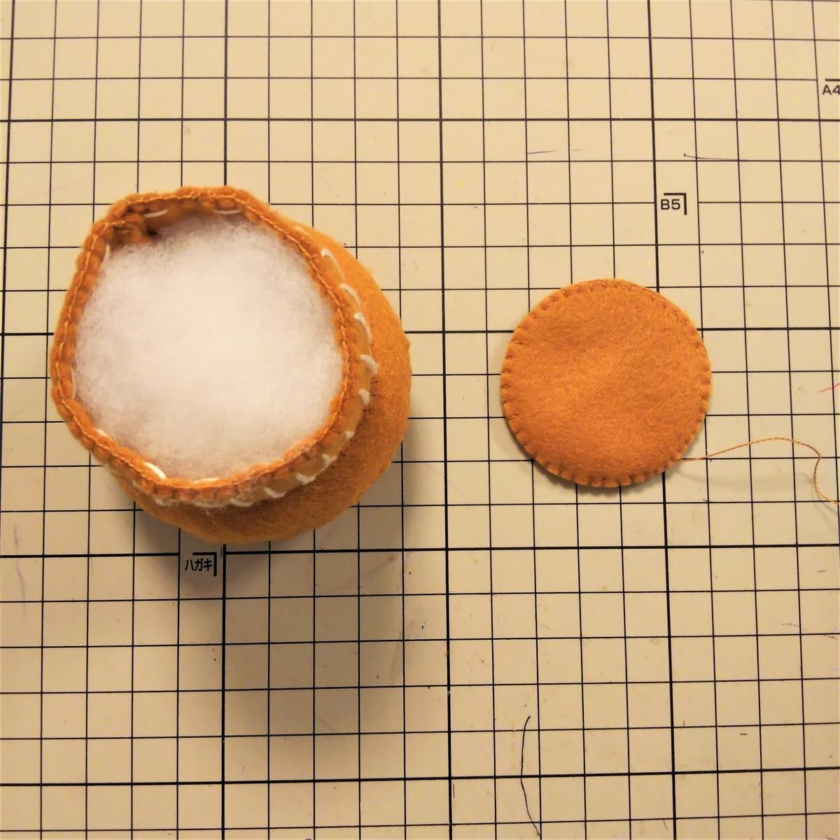 フェルトのマフィンの作り方⑫ 綿を入れて底を縫い付ける