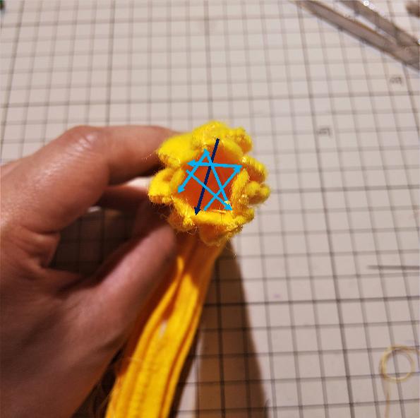 フェルトの『ハニーチュロス』の作り方⑥ 各頂点に糸を通す