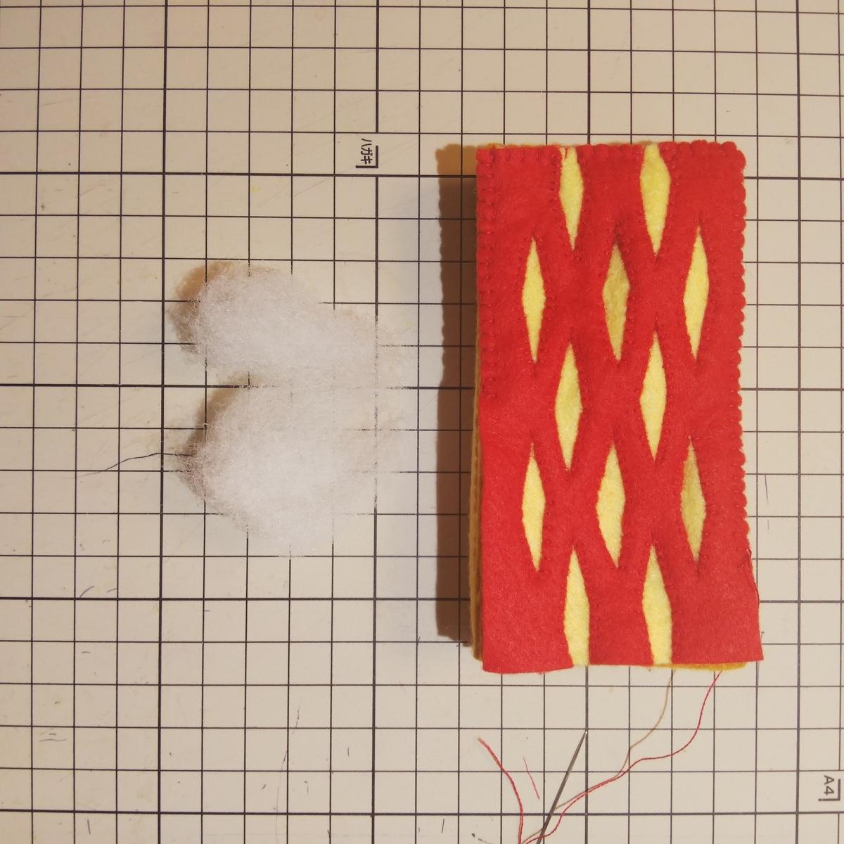 フェルトの『パイ』の作り方⑪ 綿を不均等に入れる