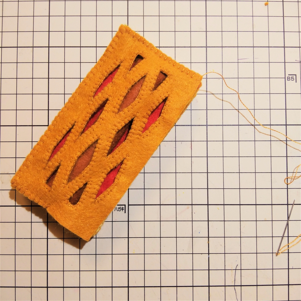 フェルトの『フランクパイ』の作り方⑤ ソーセージを入れる