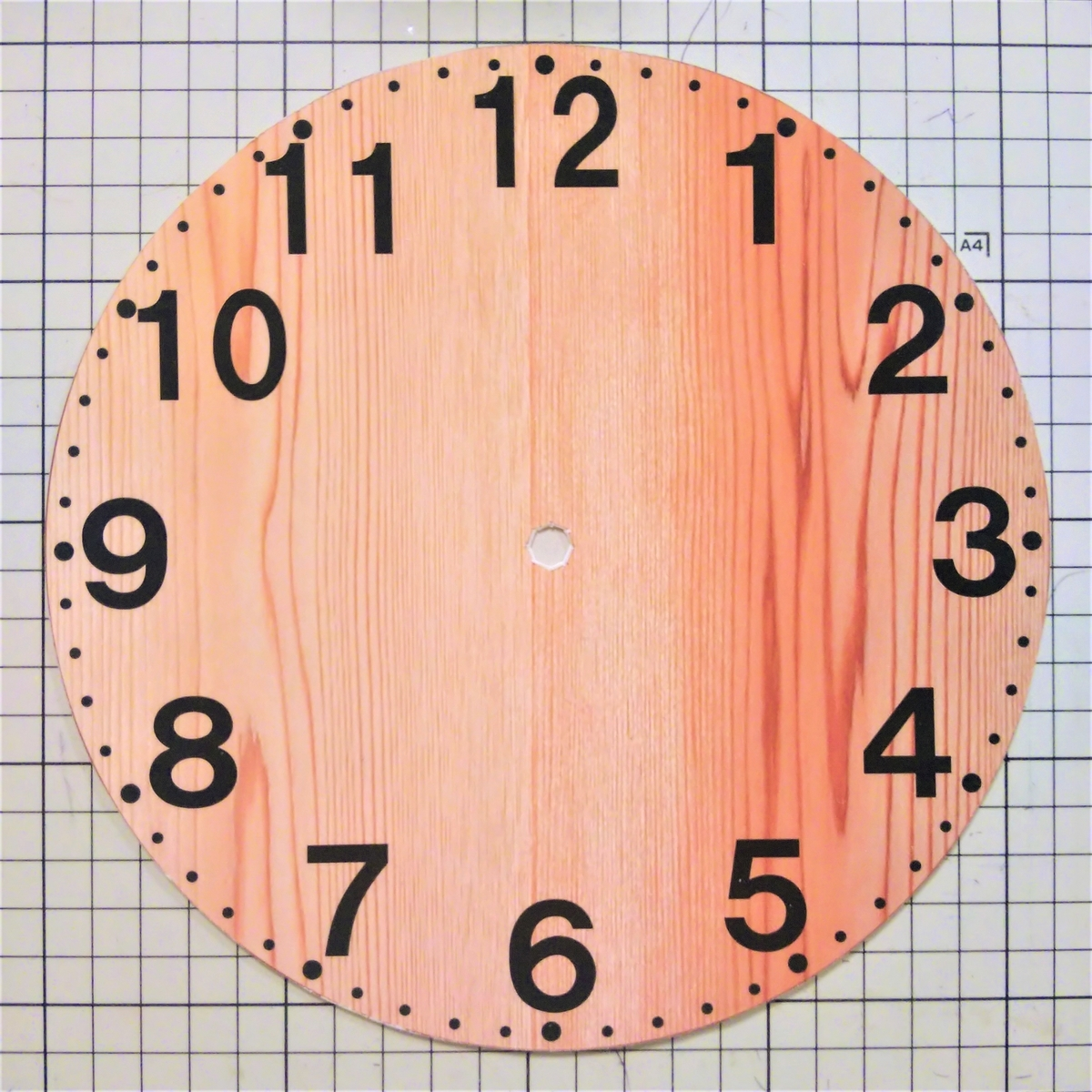 プラバン時計④ 文字盤を貼って、カットする