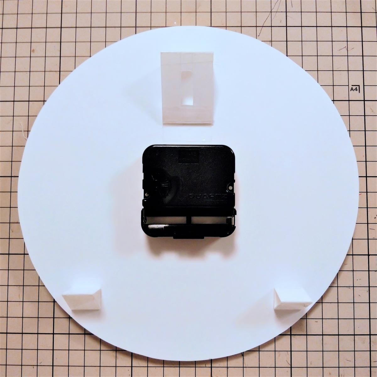 プラバン時計⑥ フックかけを裏に貼り付ける
