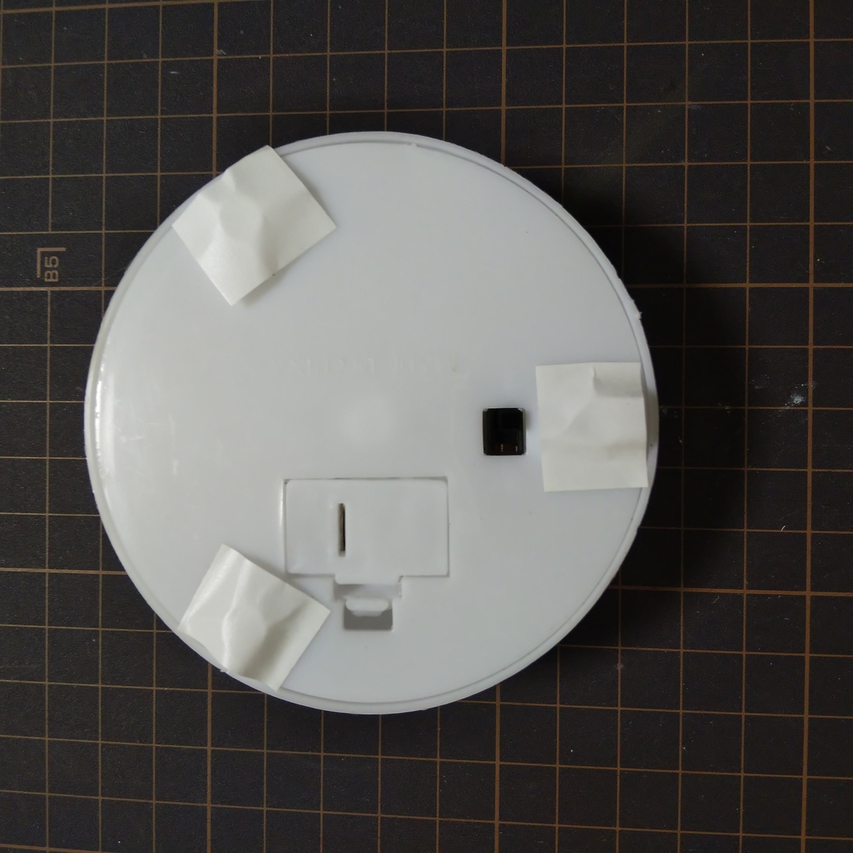 ハーバリウムライトの裏側に両面テープを貼る