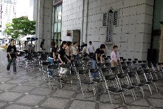 椅子ならべ
