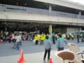 淀橋市場での被災地の野菜販売イベントと、それを見守る黄色い法被。