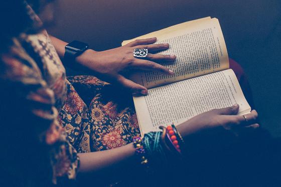 本を読むクリエイティブな人