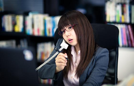 電話で上手く断る女性