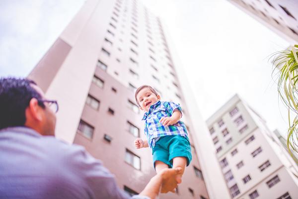 子育てにおける節約は課題になる…というイメージ