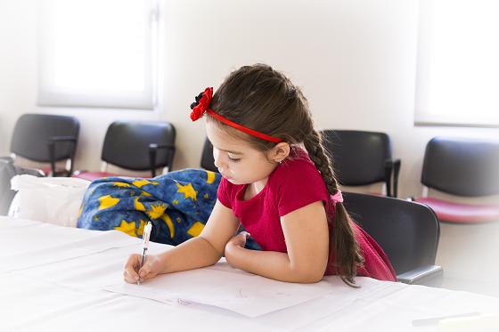 語彙を増やすために書き取りをする小学生