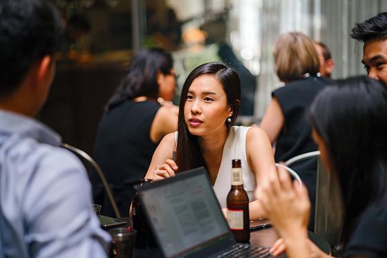 会話をリードする社交的な女性