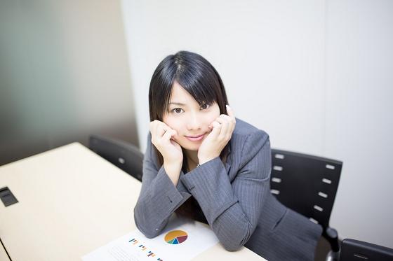 笑顔を作りストレスを減らす女性