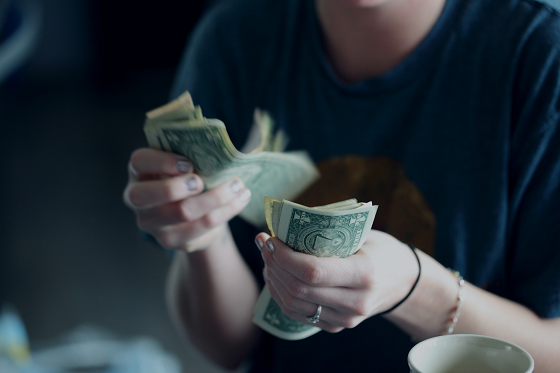 貯金額を決める女性