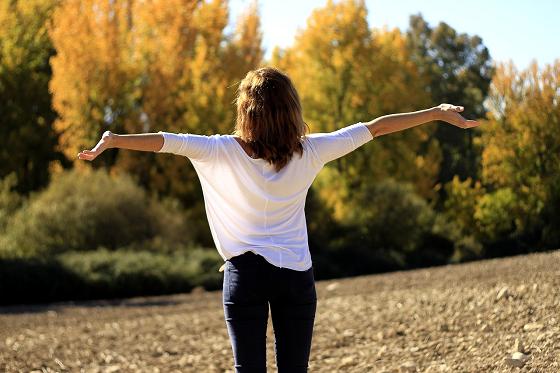 腹式呼吸の効果を確かめる女性