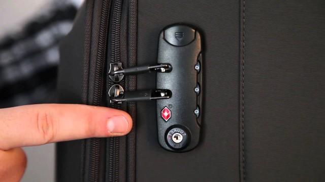TSAロックの画像 鍵部分をアップで見ている画像