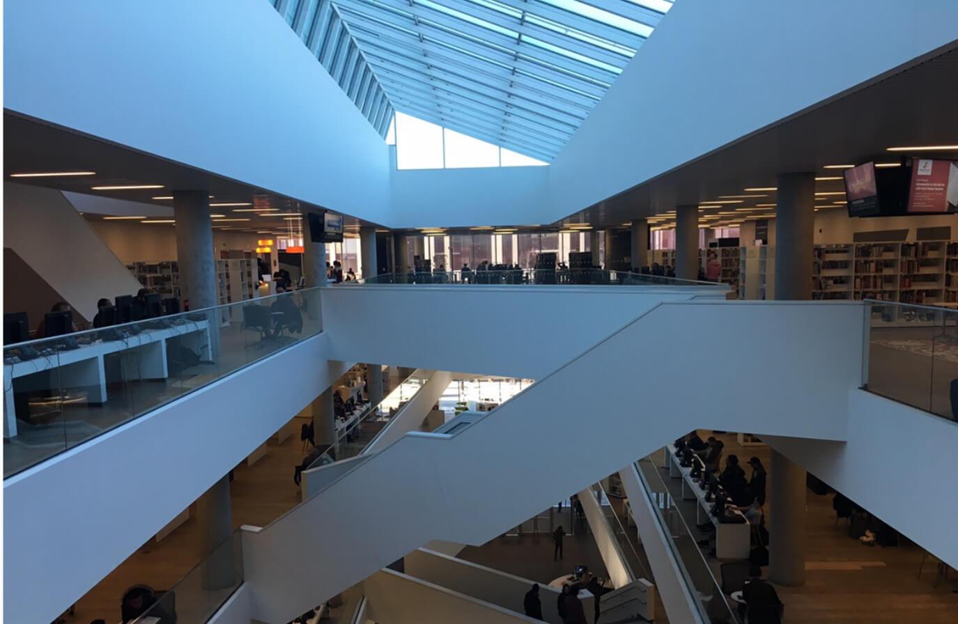 Halifax Central Library は吹き抜けが真ん中にある大きな施設です。ここで日本人とばったりあったりします。