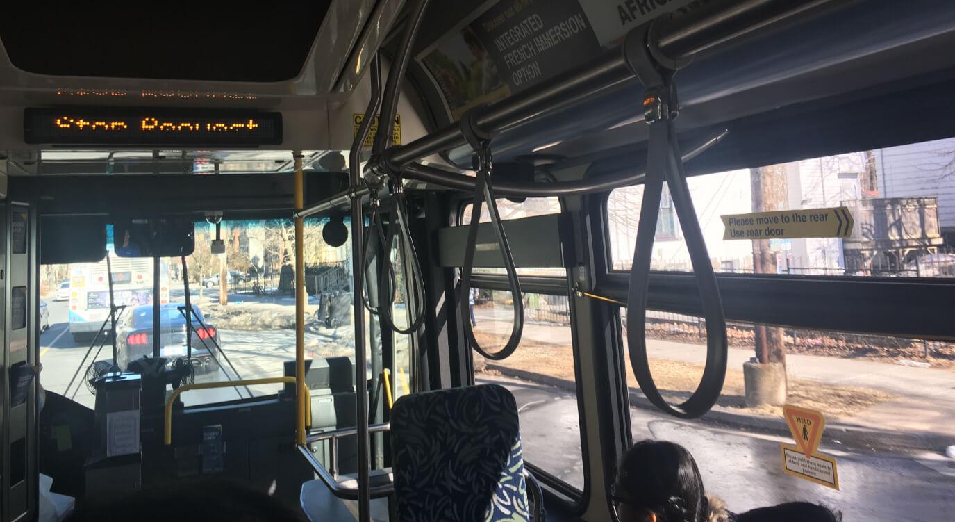 ハリファックスの公共バス内。日本と同じで運転席の横にコインボックスがあります。